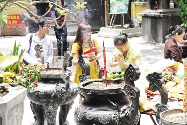 Chùa chiền dành cho bất kỳ ai có lòng kính ngưỡng Phật.Ảnh: Chí Cường