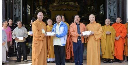 Lào: Trung ương GHPGVN phát 500 phần quà tri ân tại Viêng Chăn