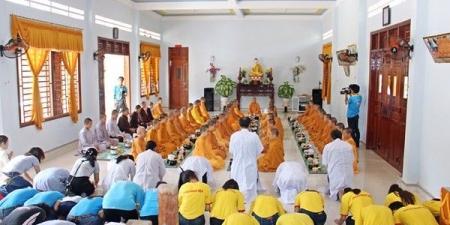 CLB Tấm Lòng Vàng cúng dường Trường hạ tịnh xá Ngọc Trung
