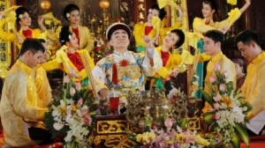 Người xuất gia có được phép hầu đồng, thờ lạy thần thánh hay không?