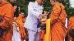 Người Thái cúng dường chư Tăng để mừng sinh nhật nhà vua